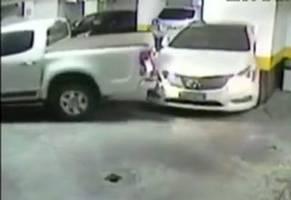 【動画】駐車スペースをはみ出てる! 邪魔な車だ!! こうしてやる!! というブチギレの瞬間。