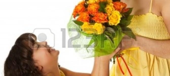 うるっとくる。お母さんを見つけたら片っ端から花をプレゼントしていく試み。(映像)