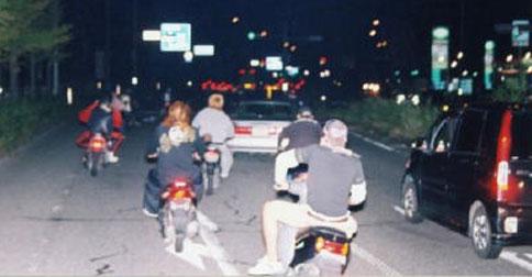 デート中、暴走族に絡まれたカップル⇒彼氏が路上に引きずり出され想像を絶する結末に・・・