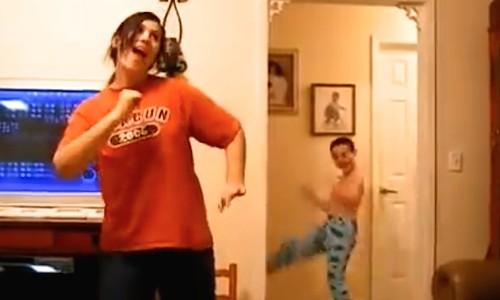 ダンス練習中の姉の後ろで、弟がフザけてコッソリ踊りたおす!(動画)