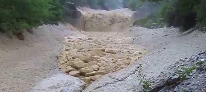 この動画を見たら、あなたも土石流の警報を無視できなくなるはずだ!!