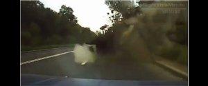 車載カメラの衝撃映像、ウクライナで道路にミサイルが着弾する瞬間!!
