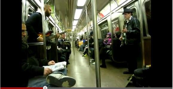 これは激レア映像!! 地下鉄車内でスーパーマリオのテーマ曲を奏でる2人組