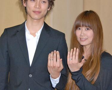 【仲良夫婦ですね♡】水嶋ヒロ、妻・絢香とのツーショット公開♡
