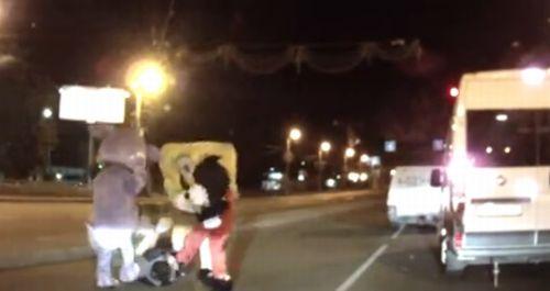 【動画】接触事故を起こした運転手、ミッキーマウスらにボコボコにされる!!