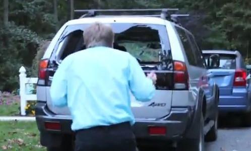 【動画】ニートの息子にキレた父親が、Xboxを投げつけてクルマの窓ガラスを粉砕!