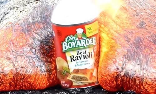 【動画】ハワイ・キラウエア火山の溶岩流が『缶詰』を飲みこむ瞬間。