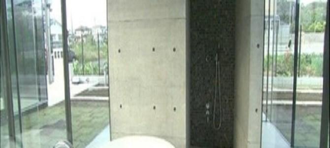 """【衝撃】『ドリームハウス』で建てられた""""丸見えハウス""""が空き家になっていた……"""