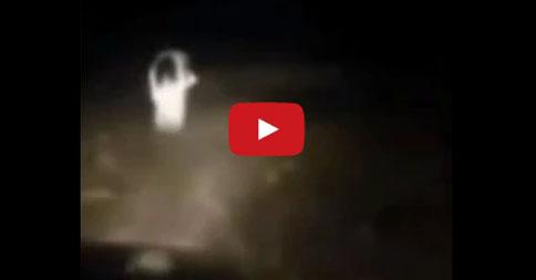 ガチの幽霊が現れ、車を追いかけてくる姿が撮影される…