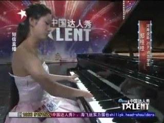 【感動】生まれつき片手の指がない女性のピアノ演奏が感動的!