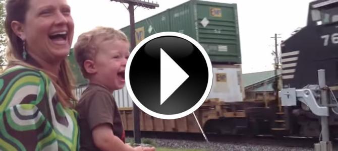 走り抜ける列車を見て大喜びする少年…その理由とは…?