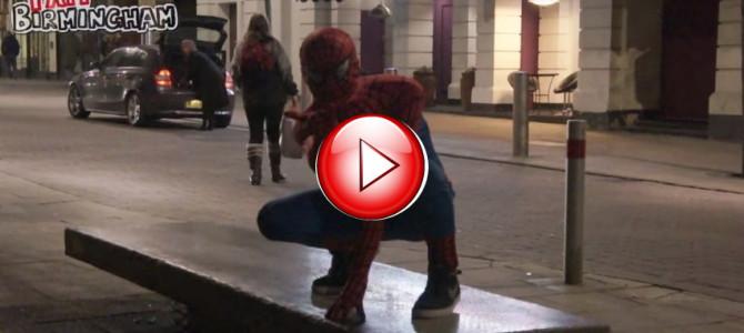 夜の街にあらわれるスパイダーマンの正体は!?