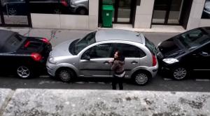 前後のスペースが全く無いのに駐車を成功させた美女!
