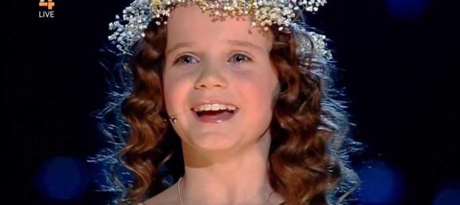 会場全体が震えあがる、9歳の少女が奏でる天使の歌声がすごい