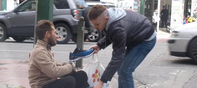 見知らぬ人に靴を買い与えられたホームレスの涙…心温まる瞬間を捉えた写真