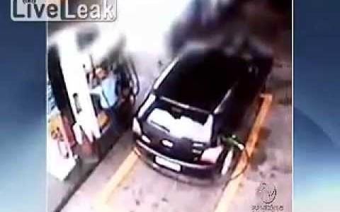 【ハプニング映像】車が勝手に走り出し…給油機が倒れてきた!