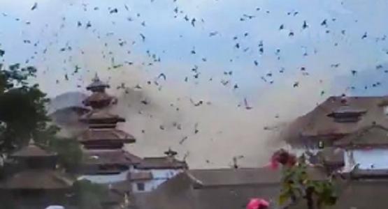 ネパール大地震発生の瞬間!一斉に飛び立つ鳥たち、砂ぼこりで青空が覆い尽くされる!!