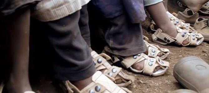 ありそうでなかった発明。靴のない3億人の子供たちを救うたった1つのアイデア