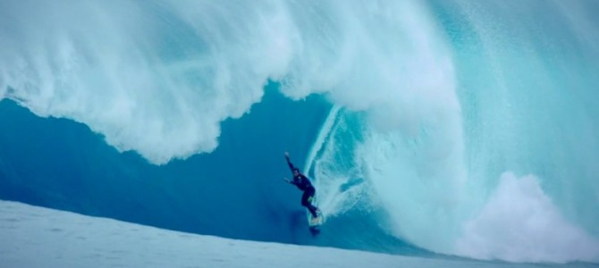 ジェットスキーが転覆する程の破壊力。モンスターウェーブに挑むサーファー映像