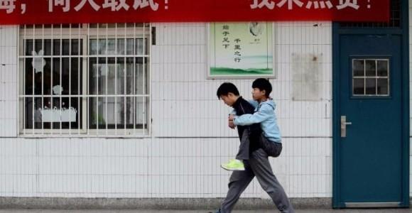 「授業を受けて欲しい」3年間休まず障害を持つ友人をおんぶして登下校する学生