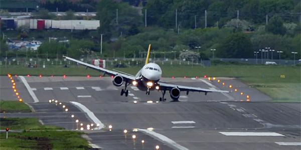 強風に煽られながら着陸させるパイロットの操縦テクニックが凄い!!