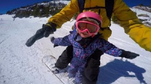 娘さんを乗せてスノーボードでトリック!