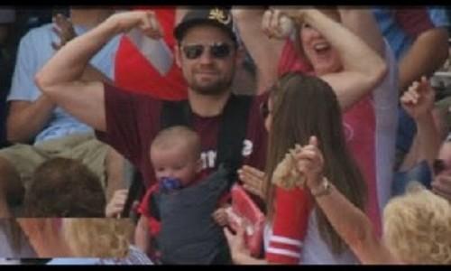 赤ちゃんを抱っこしたパパがファールボールをナイスキャッチ!