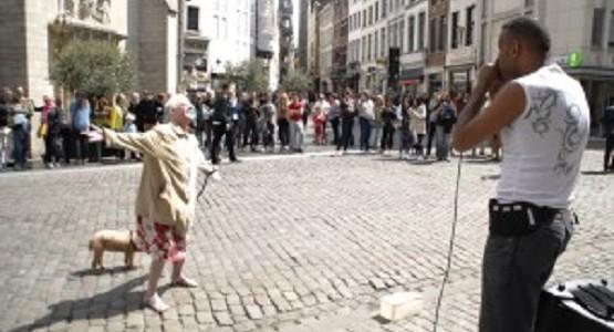 ストリート・ビートボックスに合わせキレッキレのダンスを踊るお婆ちゃん!