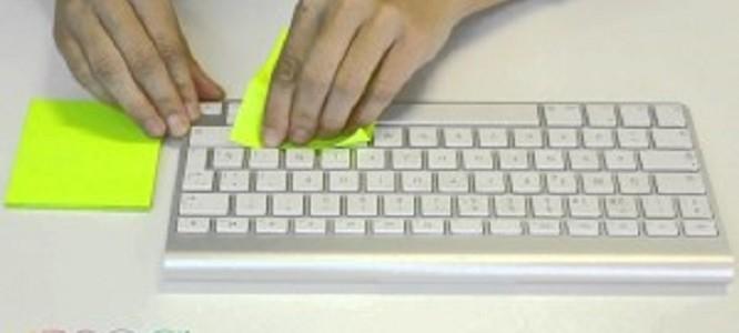 付箋でキーボードが掃除できるぞ!