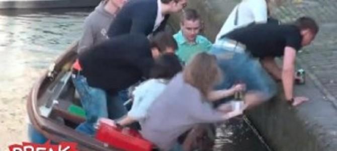 マジかっ!! 船から川に落ちちゃった女性2人!?