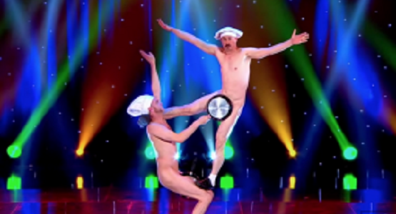 「アソコ」は絶対見せない2人組の超絶パフォーマンスに会場爆笑!!