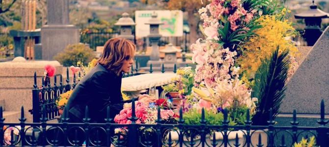 hideの命日に花をたむけたYOSHIKIが新曲を宣言