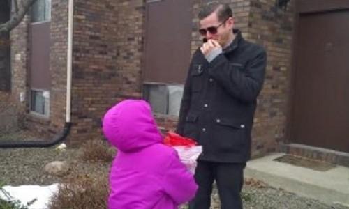 「色覚矯正メガネ」を子供たちからプレゼントされたパパ。初めて色のついた世界を見たパパは、予想以上の出来事にむせび泣いてしまう