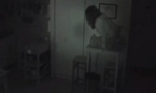 部屋にカメラを設置したら、知らない女性が映っていた!?