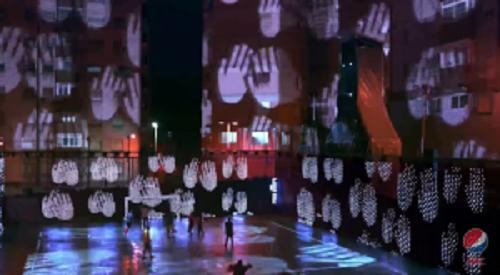 草サッカーをする青年たちにペプシが仕掛けたサプライズ!サッカー場が電飾で突然近未来的に!!