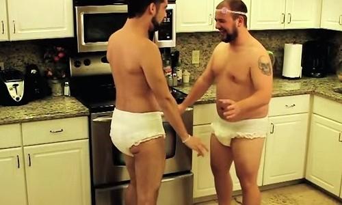 オッサン2人が双子の赤ちゃんのマネをしてみた!?