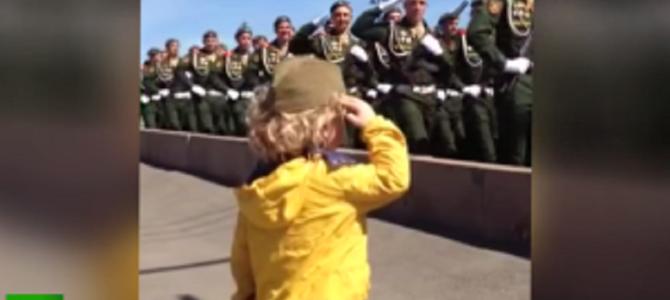 兵隊さんたちの反応に癒される!小さな男の子がパレードに向かって「敬礼」してみた!!