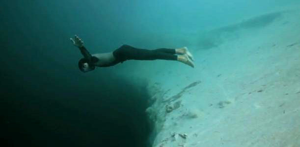 深淵への自由落下!海底の大穴「ブルーホール」に素潜りで挑む!!