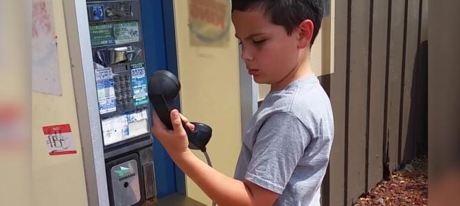 「この装置は何なんだ…?!」初めて見た公衆電話に困惑する少年