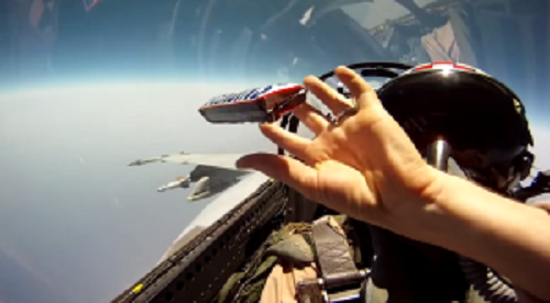 「無重力状態」を作る?!戦闘機内でパイロットがお菓子を受け渡すテクニックが面白い!!