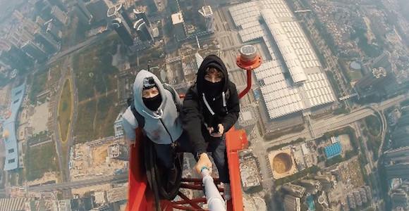 ロシア人が丸腰で世界第2位の高さを誇る超高層ビルに登頂