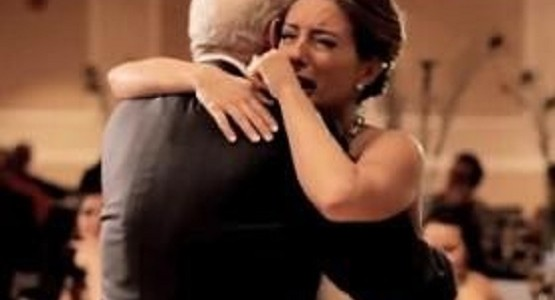 【感動】父を亡くした花嫁へのサプライズ!父の代わりに祖父、弟、兄、そして義父がダンスの相手に!!