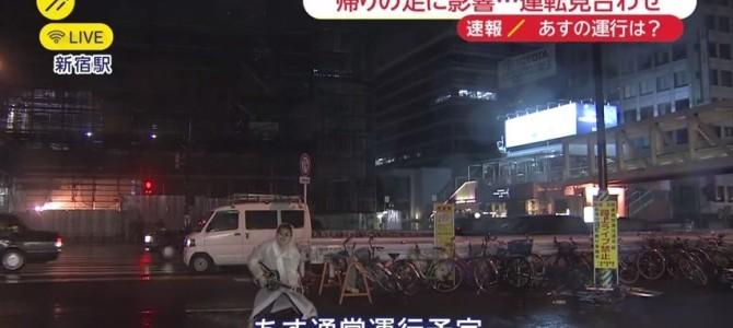 放送事故!?新宿駅からの台風中継に、カッパを着てギターを熱唱する男が映り込む