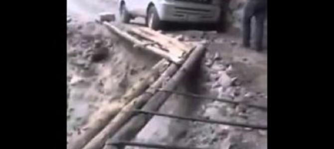 これは無理だろ!絶壁で丸太で作った道路!?