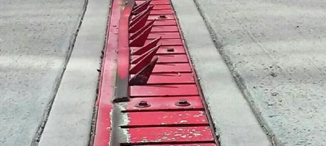 アメリカの道路に設置された逆走防止装置が実にデンジャラス