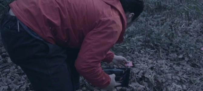 財布からこぼれ落ちたコンドームが点々と森の奥へ!その先にあったものとは?!