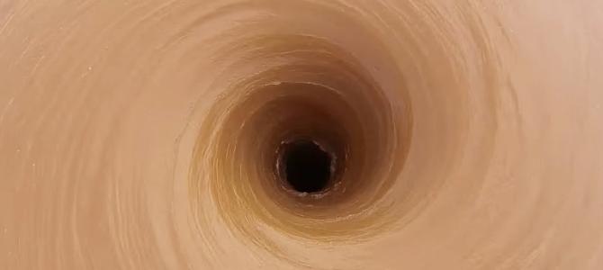 巨大なダム穴を真上から撮影!穴に水が吸い込まれていくド迫力映像!!