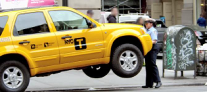 駐車違反しているドライバーにブチギレた婦警が素手で車を持ち上げる!?