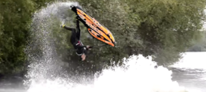 ジェットスキーでアクロバティックな技を連発!これはスゴイ!