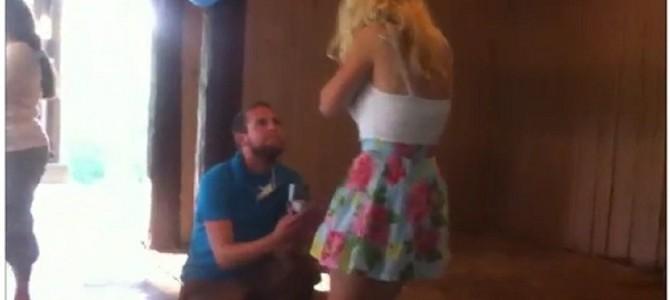 彼氏のプロポーズに衝撃を受けすぎた彼女が気を失い綺麗にブッ倒れる